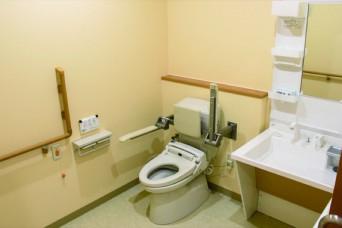 車椅子で利用可能なトイレ兼洗面台